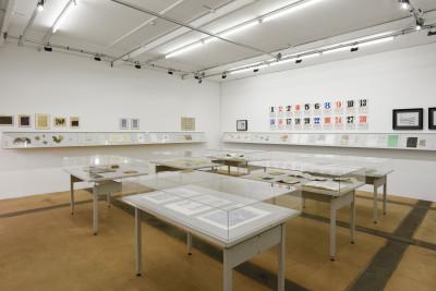 vue de l'exposition *scrivere disegnando : quand la langue cherche son autre*, centre d'art contemporain, genève, suisse, 2020. - © centre d'art contemporain de genève, christian berst — art brut