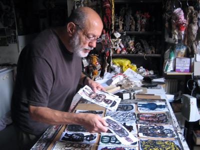 Michel Nedjar dans son atelier - © christian berst — art brut