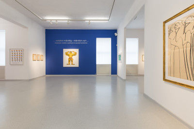 vue de l'exposition *...powerful female - delicate man...*, galerie gugging, klosterneuburg, autriche, 2020. - © galerie gugging, christian berst — art brut