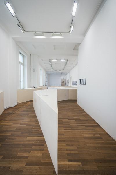 Vue de l'exposition * l'homme gris*, commissaire : Benjamin Bianciotto, Casino du Luxembourg, Luxembourg, 2020 - © © Mike Zenari, christian berst — art brut