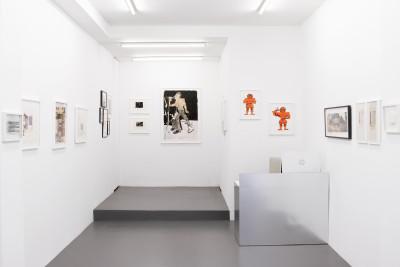 Vue de l'exposition *yes or notes*, commissaire : charlElie couture, the bridge by christian berst, Paris, 2021 - © © the bridge by christian berst, christian berst — art brut